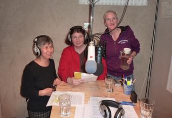 Die Redaktion der Gesellschaft für bedrängte Völker im Sendestudio von Radio LORA München.