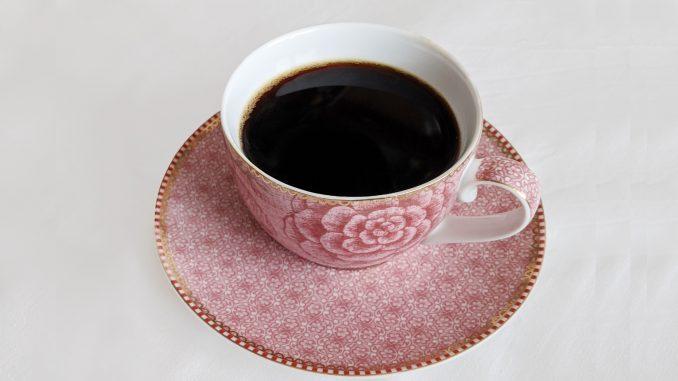 Tasse und Untertasse mit schwarzem Kaffee
