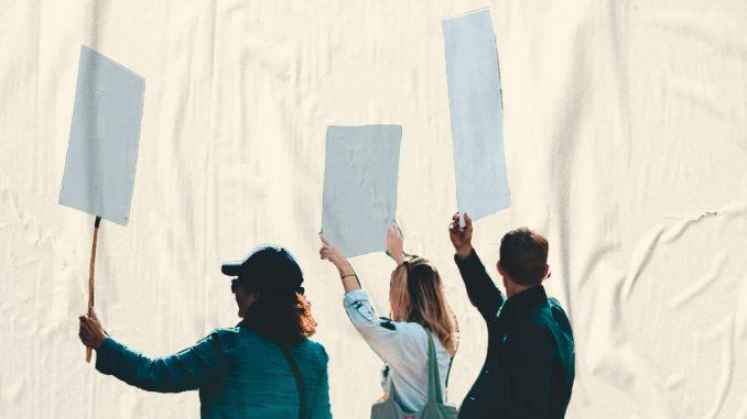 Bild: 3 streikende mit Plakaten